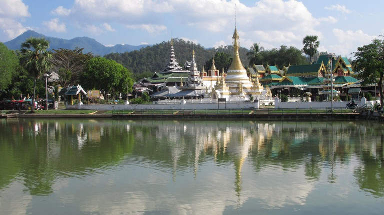 Lakeside temples in Mae Hong Son Town