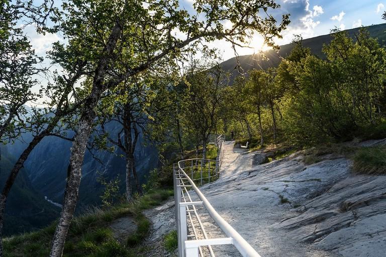 Kanten av Måbødalen ved Fossli ved Vøringsfossen, Nasjonal turistveg Hardangervidda. Carl-Viggo Hølmebakk. ©Foto: Silja Lena Løken : Statens vegvesen