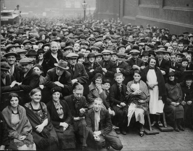 Crowds Gathered Outside Strangeways Jail Manchester For The Hanging Of Dr Buck Ruxton For The Ravine Murders
