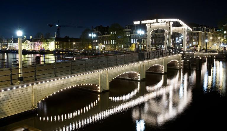 1024px-Amsterdam_-_Magere_Brug_Bridge_-_0815