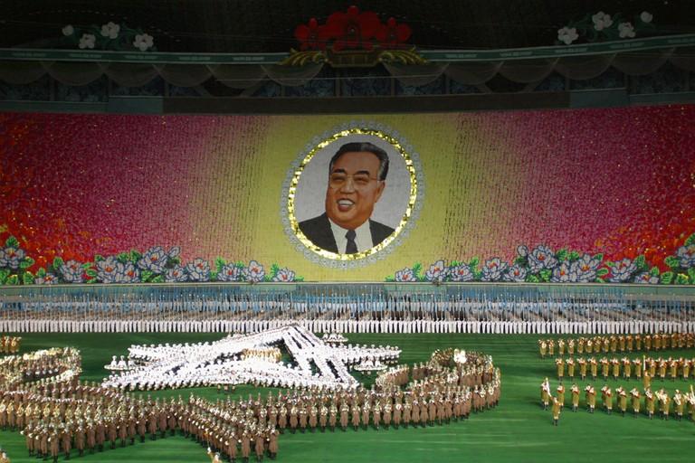 """Arirang. Ceremonie, celebration de l'anniversaire de la mort du """"grand leader"""" Kim Il Sung et reponse a la coupe du monde de football en cours en Coree du Sud et au Japon"""