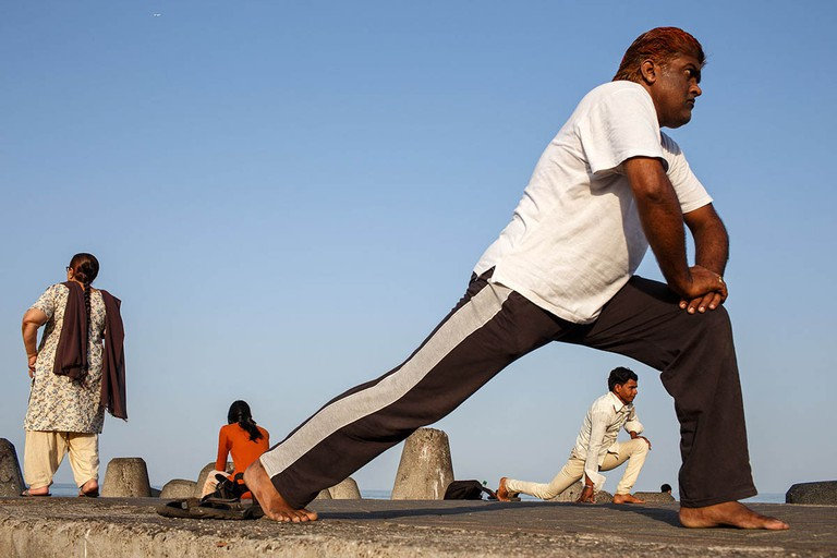 india_mumbai_nariman_point_marine_drive_sea_promenade_morning_exercising_exercise_bombay_fitness_yoga
