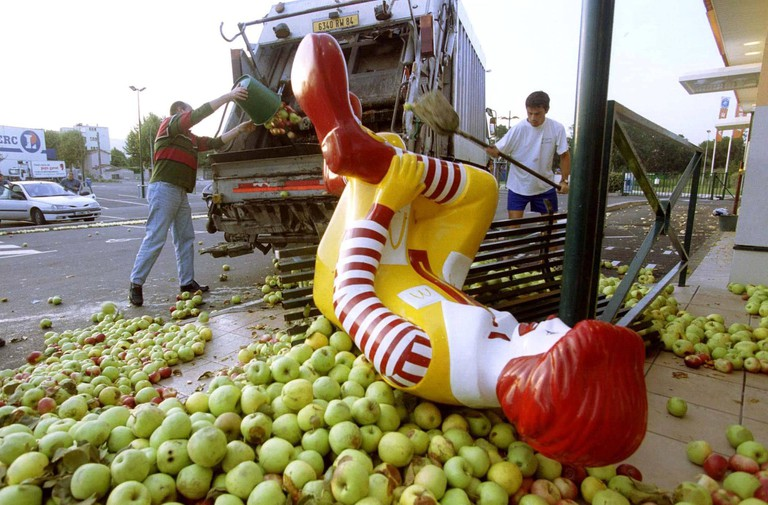 French farmers protest outside a McDonalds |© SIPA PRESS / REX / Shutterstock