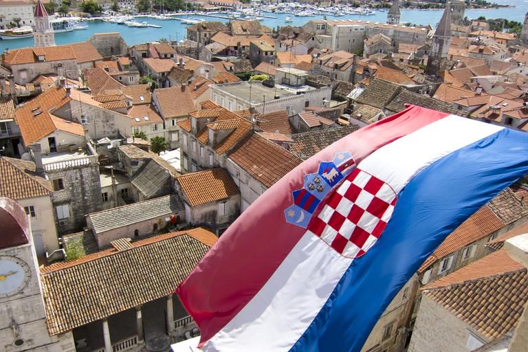 Drapeau croate sur la ville de Trogir en Dalmatie