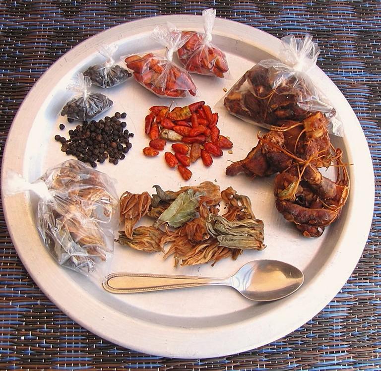 Thiéboudiène_Boukhonk_with_tamarind_-_ingredients,_dry_detail