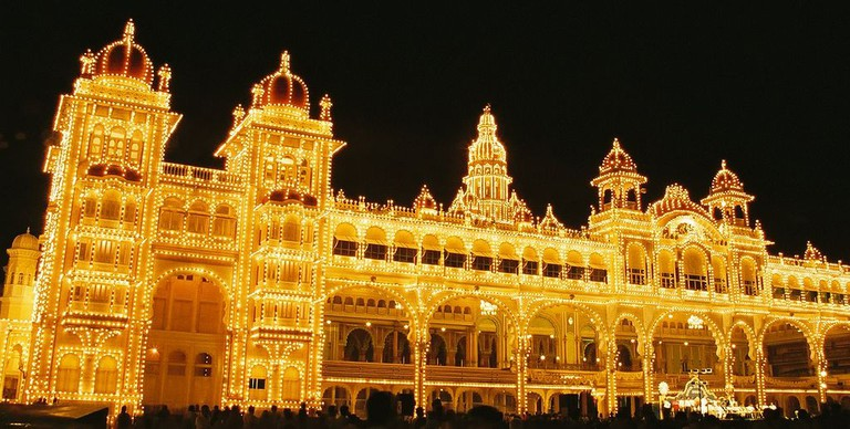 1024px-Dasara_Navaratri_Festival_Lights_Mysore_Palace_India