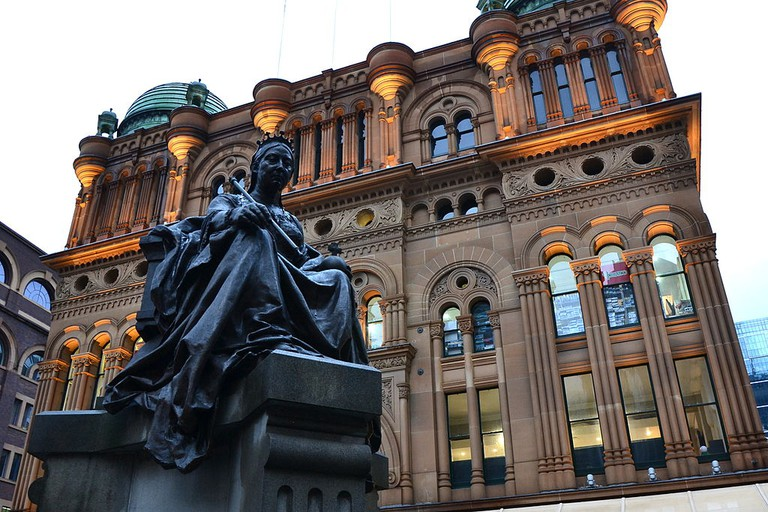 Statue of Queen Victoria outside the QVB © Sardaka / Wikimedia Commons