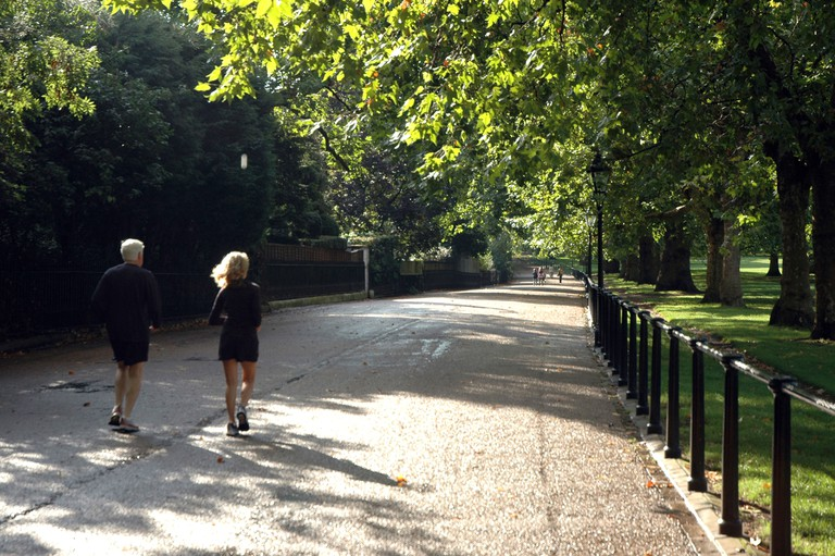 A couple running in Saint James Park in London.