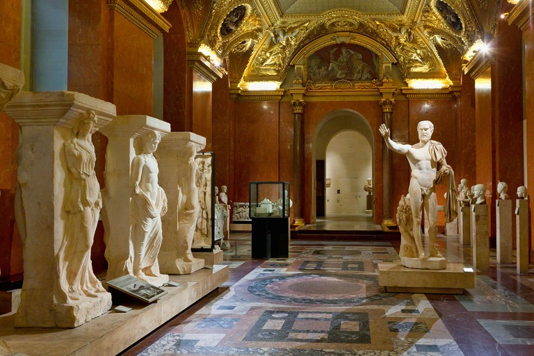 Musee du Louvre opens late on Wednesdays and Fridays