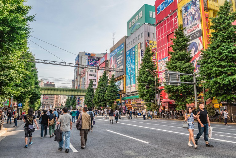Tourists and locals are walking at a traffic free Sunday over the Chuo-Dori shopping street at the Akihabara Electric Town, Tokyo, Japan | Fussgaenger