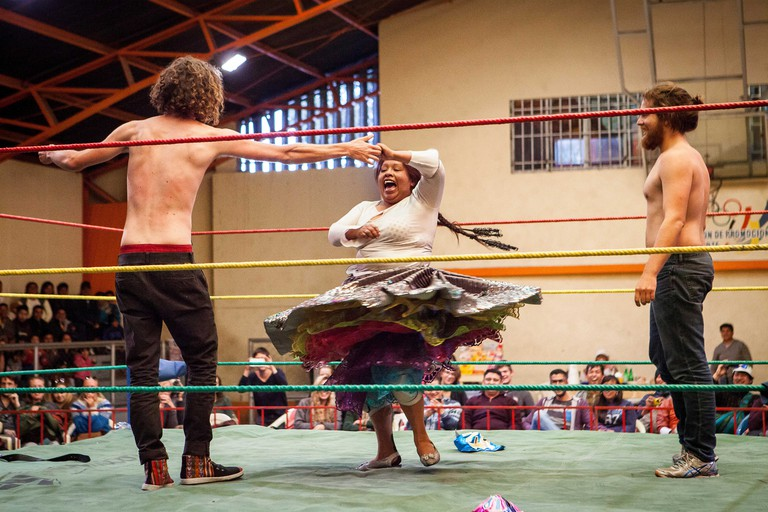 Lucha Libre. Two spontaneous up to the ring to dace with the cholita Angela la Folclorista to celebrate the victory, Sports cent