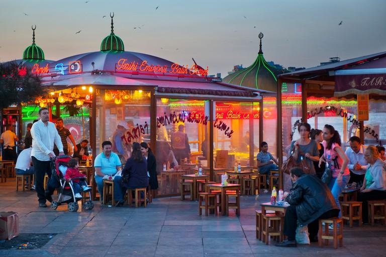 Turkei, Istanbul, Eminonu, Platz an der Galatabrucke mit den beruhmten Balik Ekmek, ein Fischbrotchen mit Salat.