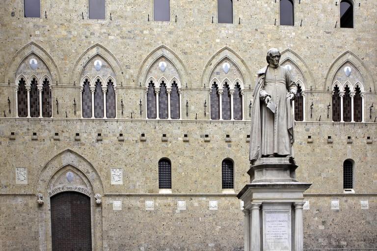 Italien, Toskana, Siena, Banca Monte dei Paschi di Siena, Palazzo Salimbeni mit Statue des Kanonikers Sallustion Bandini