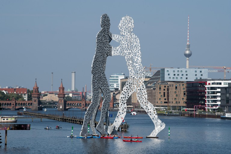 Berlin, Germany. 30th Aug, 2017. A canoe glides by the large art sculptures made from aluminum while several new buildings and construction sites can be seen in the background, in Berlin, Germany, 30 August 2017. Installed in 1999, weighing 45 tons and re