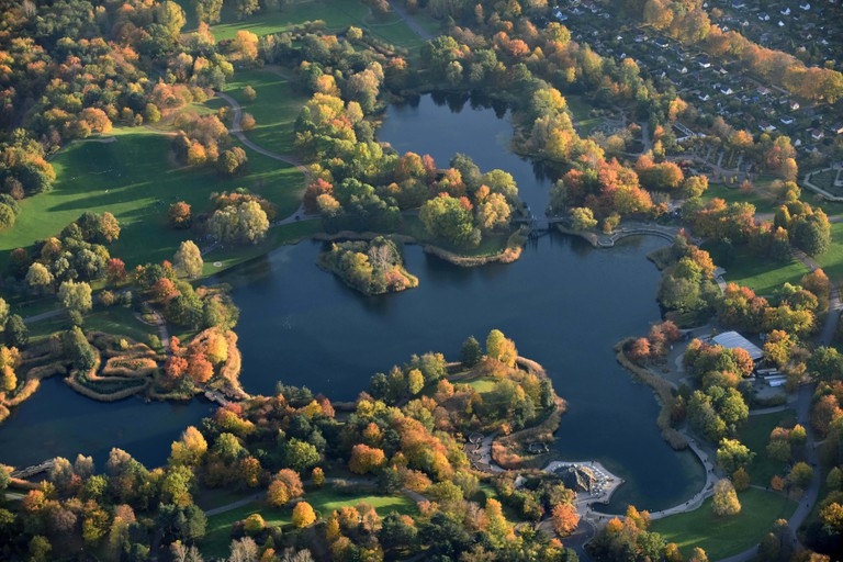Berlin, Germany. 30th Oct, 2016. BERLIN 30.10.2016 Autumnal trees on the banks of the Hauptsee lake in Britzer Garten park in Berlin, Germany. Credit: Robert Grahn - NO WIRE SERVICE - | usage worldwide/dpa/Alamy Live News