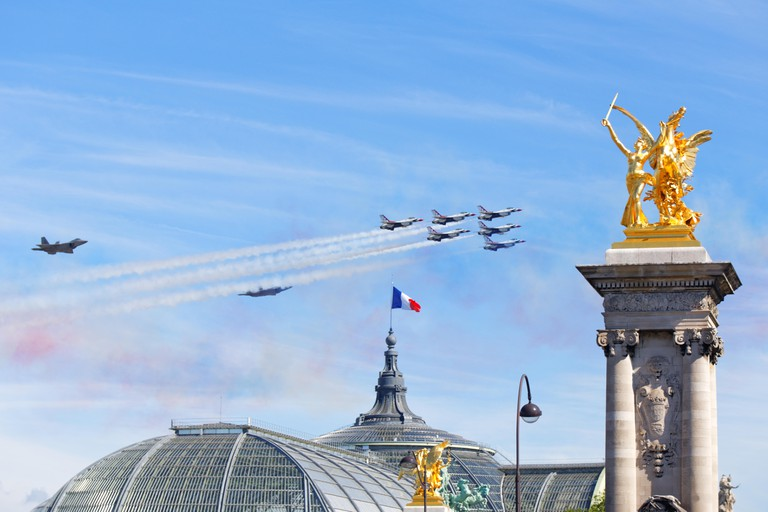 US Air Force Thunderbirds and F22 Lightnings flying over Paris for the 14th of July 2017 celebration