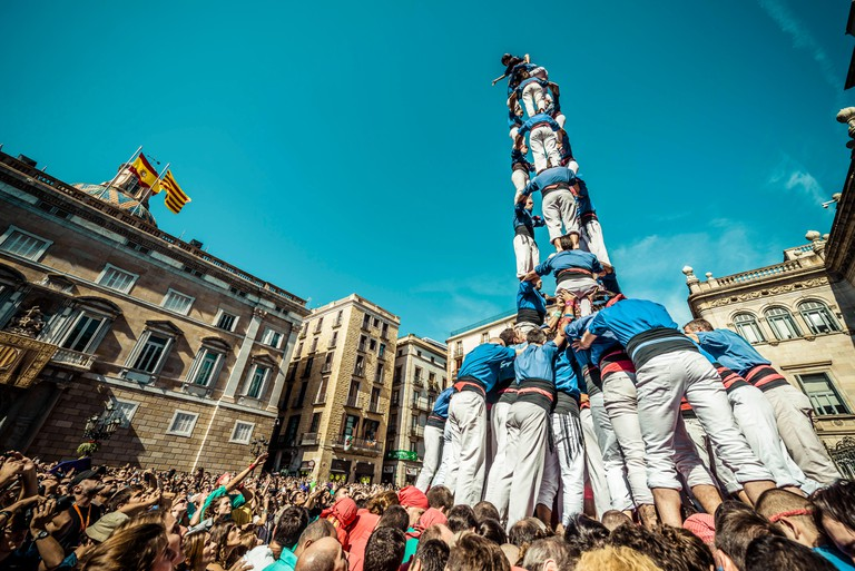 Barcelona, Spain. 24th September, 2015. The 'Castellers de la Vila de Gracia' build one of their human towers during the city's holiday 'La Merce' in front of the town hall of Barcelona. Credit:  matthi/Alamy Live News