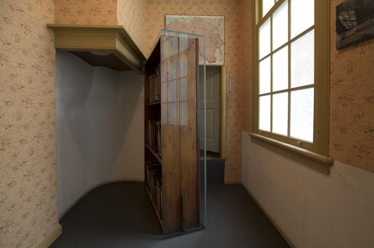 Glazen constructie ter bescherming van de originele boekenkast in het  Anne Frank Huis.