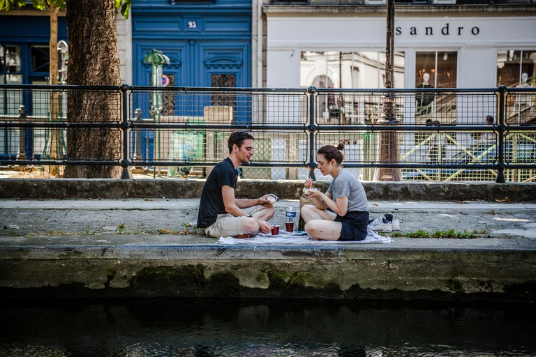 Couple havin lunch at the canal Saint-Martin shore