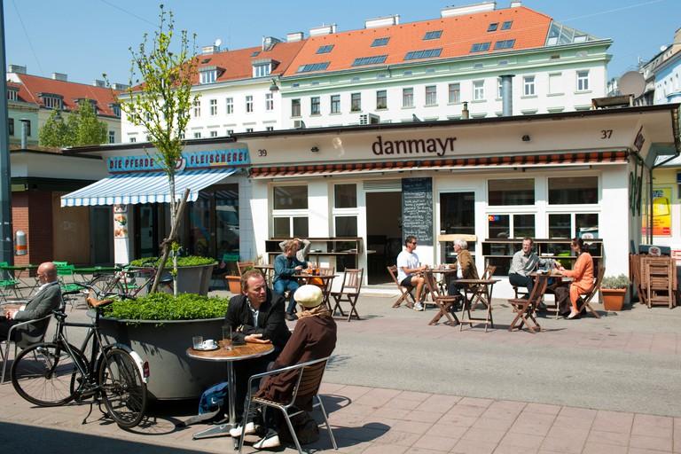 Osterreich, Wien II, Karmelitermarkt, Restaurants auf dem Marktplatz.