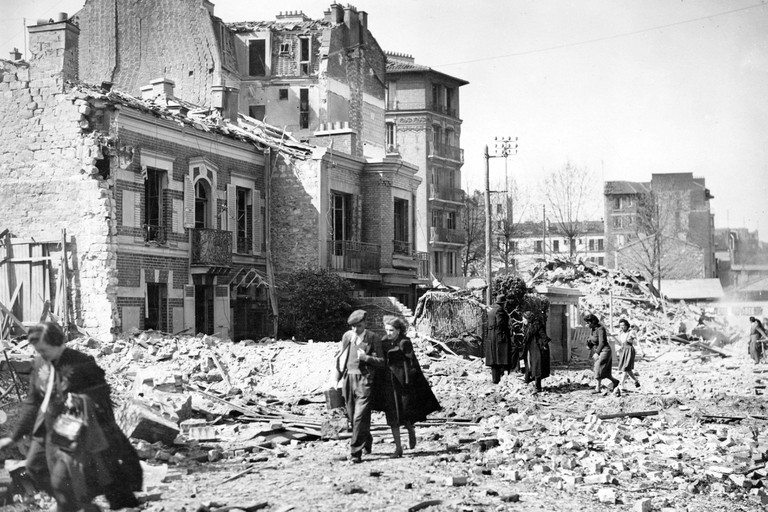 French civilians leave their destroyed houses in Paris, France, after an Anglo-American bomb raid on the German-occupied city, on 4 April 1943. Photo: Berliner Verlag/Archiv