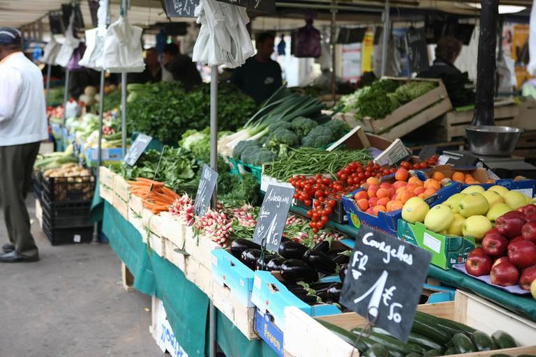 France, ile de france, paris, 12e arrondissement , rue et place d'aligre, marche, fruits et legumes  Date : 2011-2012. Image shot 2012. Exact date unknown.