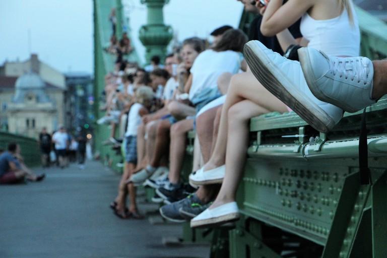 hongrie - budapest - personnes sur le pont de la liberté
