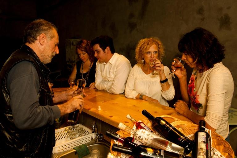 """Griechenland, Kykladen, Santorini, Exo Gonia, Weinprobe in der Galerie """"Art Space"""""""