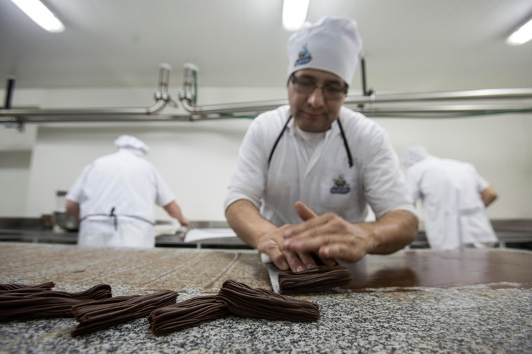 """(160605) -- SAN CARLOS DE BARILOCHE, June 5, 2016 (Xinhua) -- Photo taken on June 3, 2016 shows an employee preparing pieces of chocolate in the factory of artisanal chocolate """"Abuela Goye"""" (""""Grandma Goye""""), in San Carlos de Bariloche, Rio Negro province,"""
