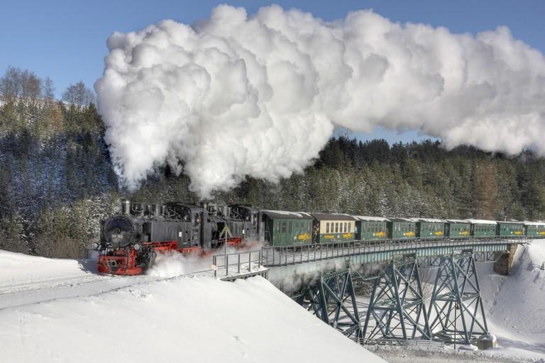 Germany, Saxony, Oberwiesenthal, locomotive, vapour, snow, bridge,