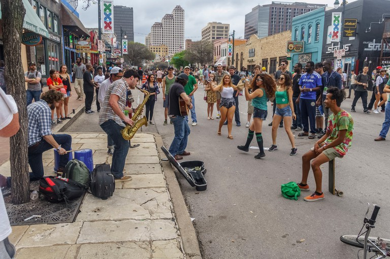 Austin, Texas, USA. 17th March, 2015. Street performers entertain the crowd day and night on 6th street at SXSW in Austin Texas USA on March 17 2015