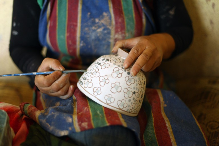 Fayoum, Egypt. 10th May, 2016. An Egyptian worker makes pottery at a workshop in the village of Tunis, Fayoum, about 140 kilometers southwest of Cairo, Egypt, on May 10, 2016. There are dozens of pottery workshops in the village and the village's economy