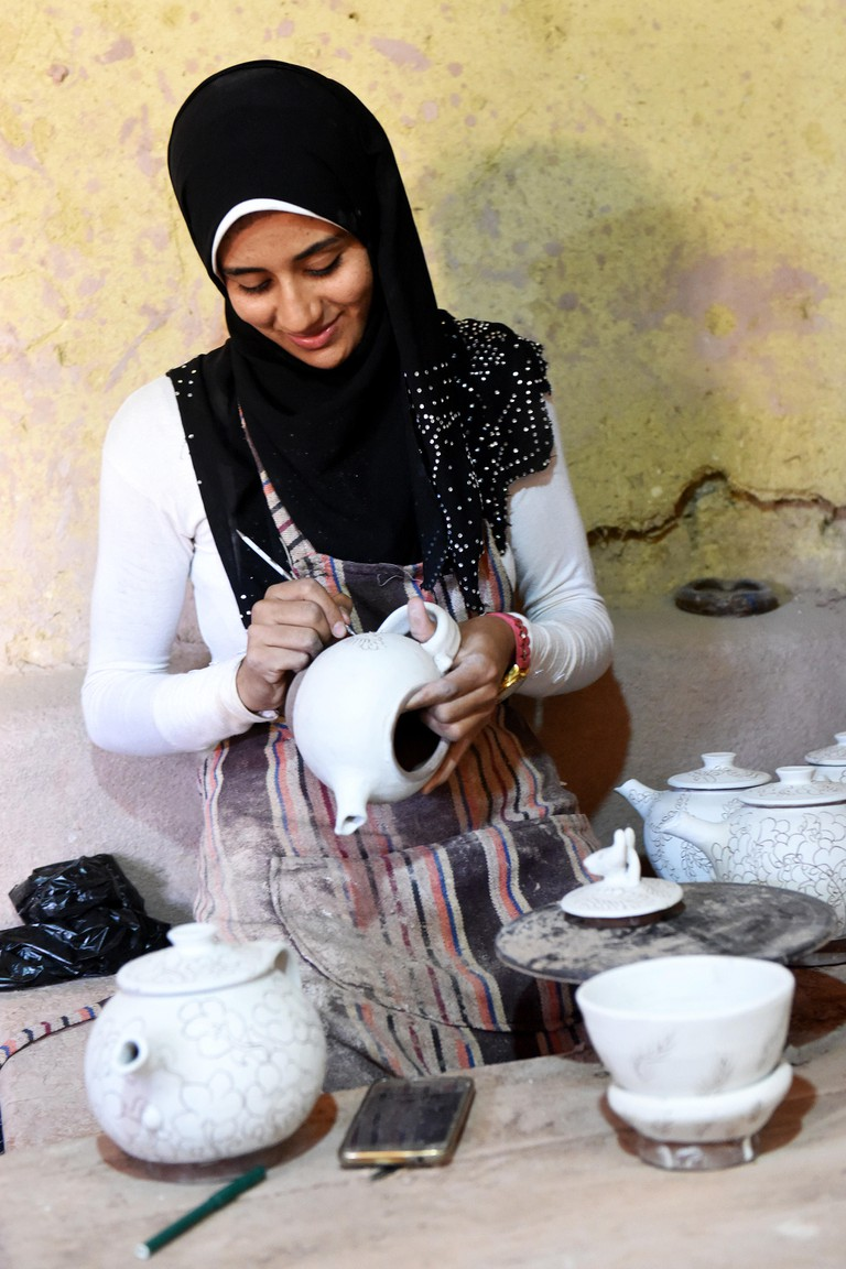 Fayoum, Egypt. 26th Sep, 2017. A girl works at a pottery workshop in Tunis village of Fayoum, Egypt, on Sept. 26, 2017. Located on a sand hill in Fayoum oasis and surrounded by fertile farmlands, Tunis village is famous for its precious colored pottery wo