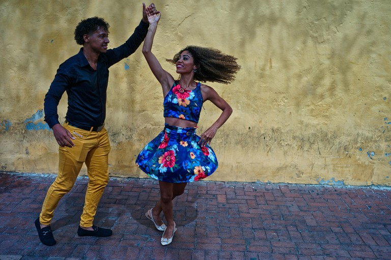 Two Colombian salsa dance instructors improvise a fun salsa dance at the Plaza del Reloj