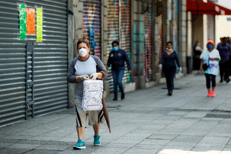 Mexico City, Mexico. 24th Apr, 2020. People wear masks as they walk on the streets od Mexico City, Mexico, 24 April 2020. Credit: Jose Mendez/EFE/Alamy Live News