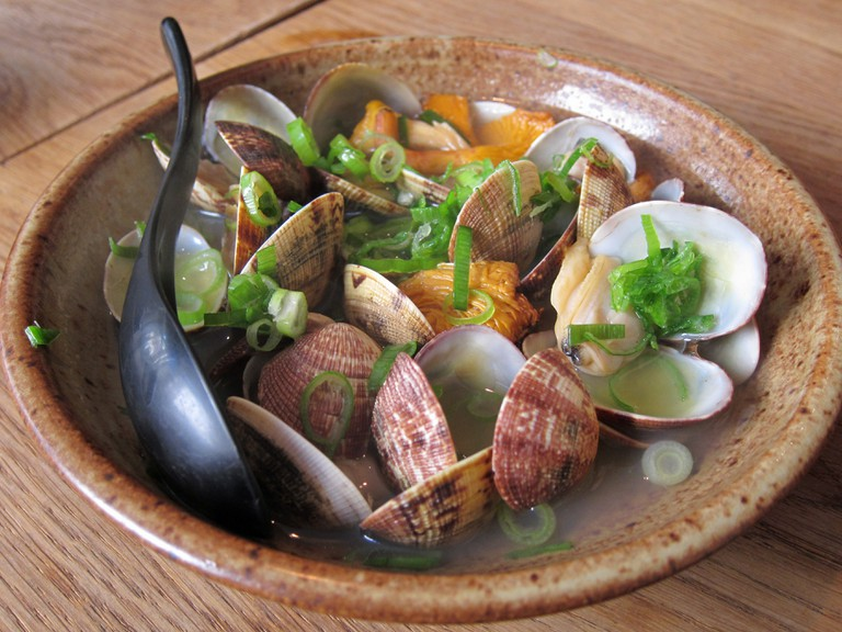 Clams with spring onions