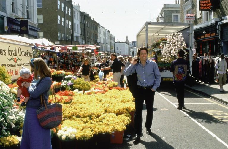 NOTTING HILL / Notting Hill England 1999 / Roger Michell Ein Spaziergang uber dem Blumenmarkt: HUGH GRANT als William Thacker, in der Film-Romanze 'Notting Hill', 1999. Regie: Roger Michell aka. Notting Hill. Image shot 2008. Exact date unknown.
