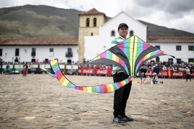 Boyaca, Colombia. 20th Aug, 2017. A man holds a kite during the Wind and Kites Festival in Villa de Leyva, in Boyaca, Colombia, on Aug. 20, 2017. Credit: Jhon Paz/Xinhua/Alamy Live News