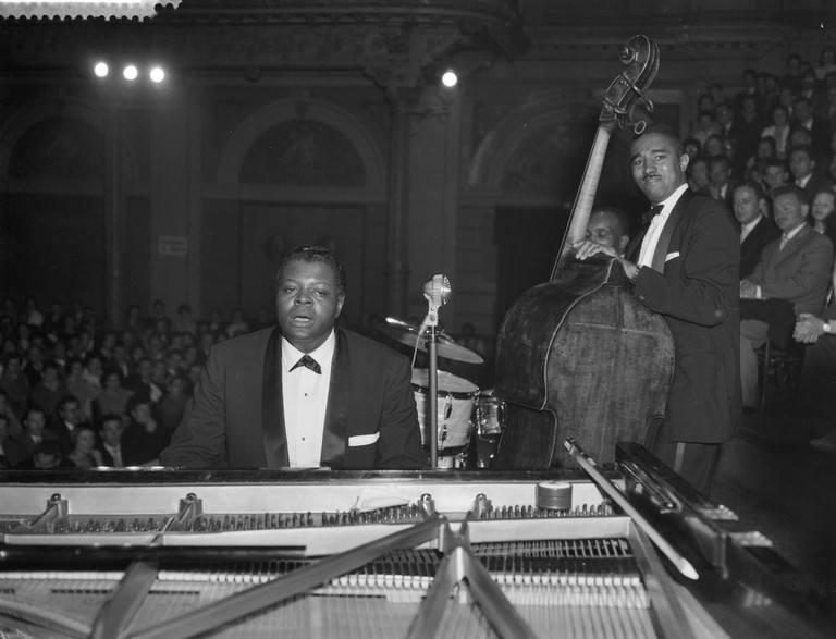 2AR2W5T In the series Jjazz At The Philharmonic in the Concertgebouw, performance by the Oscar Peterson Trio. Peterson plays the piano, the bass player is Ray Brown. Date: 11 April 1959 Location: Amsterdam, Noord-Holland Keywords: concerts, jazz, music Personal name: Brown Ray, Oscar Peterson Trio, Peterson, Oscar Institution name: Concertgebouw