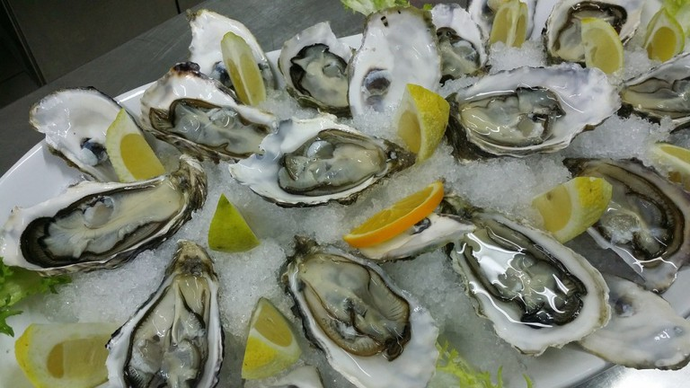 The menu's highlights include fresh local oysters, carpaccio, locally smoked steelhead and BLT / Pixabay