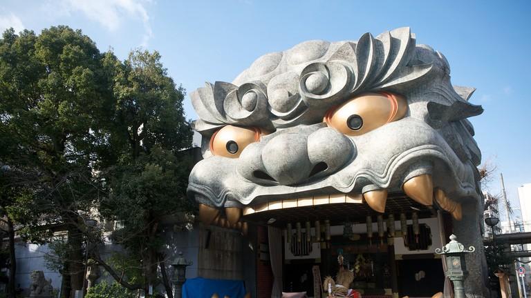 The lion head at Nambayasaka Shrine.