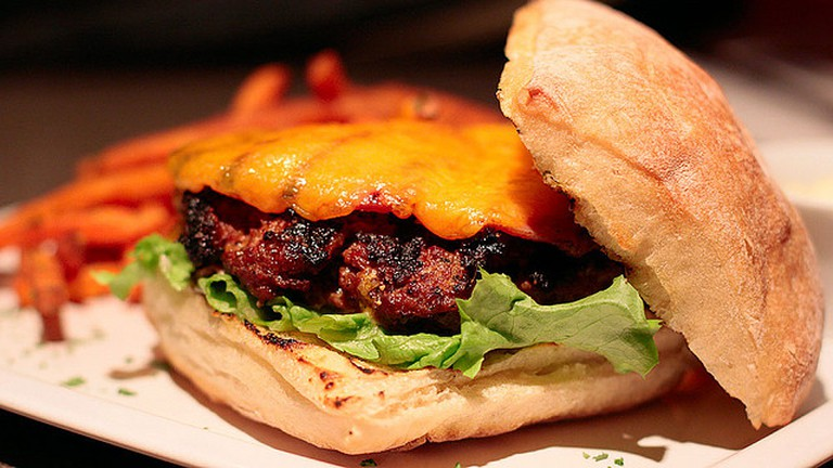 Bacon cheeseburger   © Waferboard/Flickr