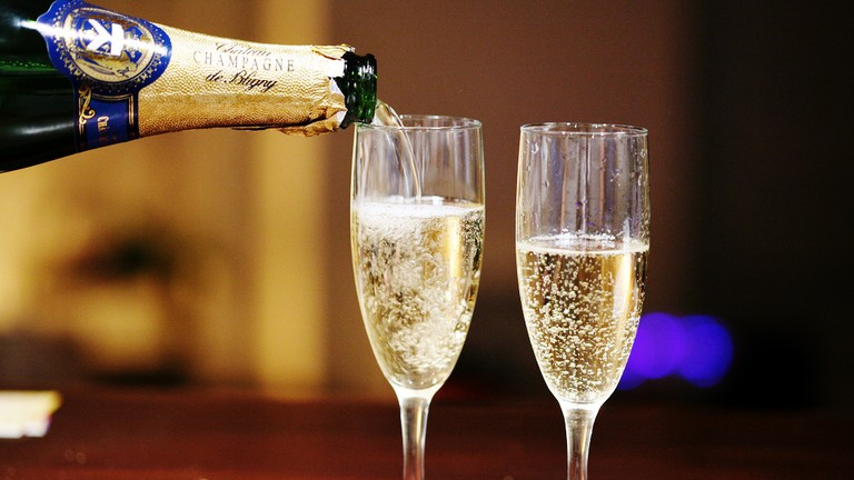 Pouring champagne © Simon Law/WikiCommons