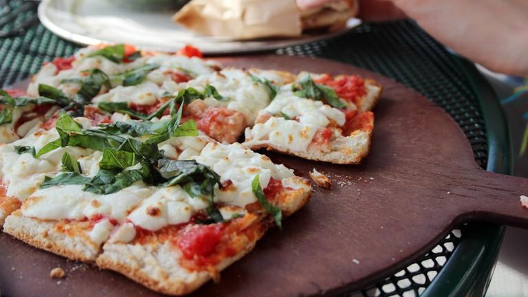 Margherita Flatbread Pizza | © Viviandnguyen_/Flickr