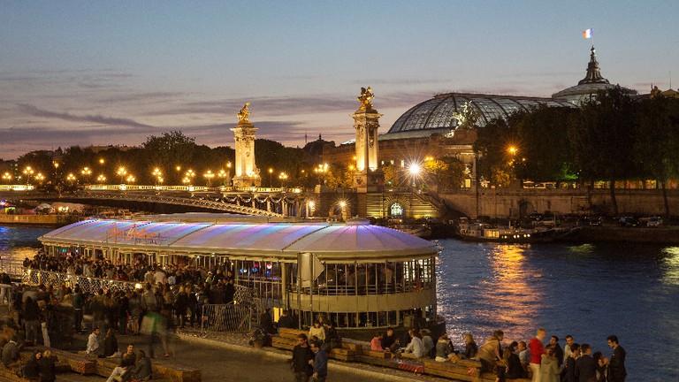 Crowds on and beside the Rosa Bonheur sur Seine