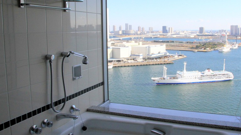 View of Tokyo Bay from the bath at ANA InterContinental | © しんかわな/WikiCommons