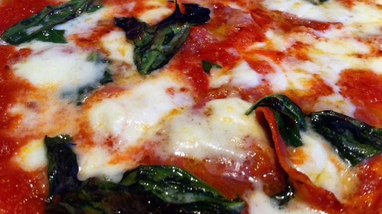 Classic mozzarella pizza |© Ncho/Flickr