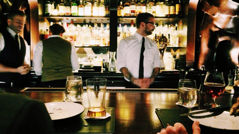 Waiters in white shirts │© Unsplash / Pexels