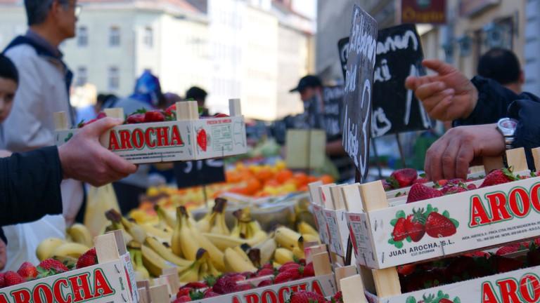 Brunnenmarkt fruit and vegetable stall