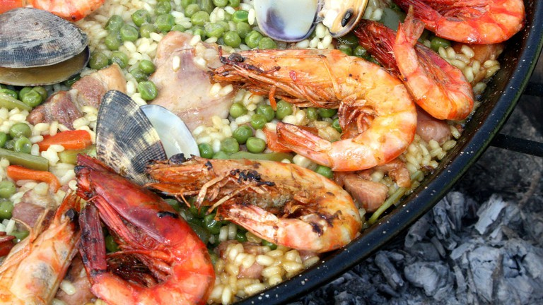 https://pixabay.com/es/paella-le%C3%B1a-fuego-valenciana-1168008/